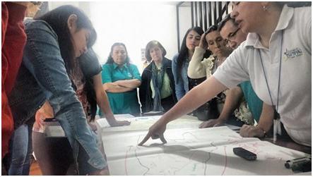 Comunidad haciendo mapeo